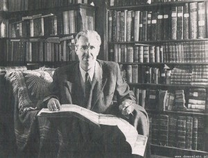 Pisarz Władysław Jan Grabski w swoim gabinecie.