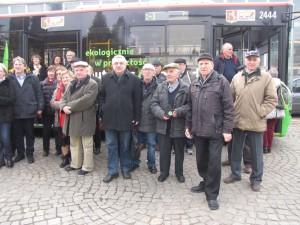 3. Uczestnicy wycieczki z warszawskiego Ursusa pozują do pamiątkowego zdjęcia przed prototypem autobusu o napędzie na prąd. Tym autobusem odbyli też przejażdżkę po Lublinie