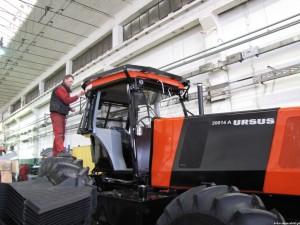 Ciągnik gigant montowany w ramach kontraktu etiopskiego. Na tylnym kole stoi pracownik, który wydaje się – przy takiej maszynie – niepozorny