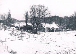 Stara Acherówka – zdjęcie z 27 grudnia 1968 roku. Wykonał je z wieżowca przy skrzyżowaniu ul 1 Maja i ul. Konińskiej (kiedyś Baśniowej) znakomity fotograf Eugeniusz Haneman (1917-2014) spokrewniony z Acherami.