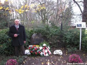 Sołtys Bronisz Grzegorz Kilen również troszczy się o mogiłę w parku. Zdjęcie wykonano 11 listopada 2015 roku podczas uroczystości z okazji Święta Niepodlegości.